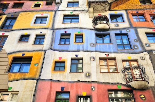 Hundertwasser House (Hundertwasserhaus) är ett lägenhetshus i Wien, Österrike, byggt efter tanken och konceptet om den österrikiska konstnären Friedensreich Hundertwasser med arkitekten Joseph Krawina som medförfattare. Detta expressionistiska landmärke i Wien ligger i Landstrae-distriktet på hörnet av Kegelgasse och Löwengasse.