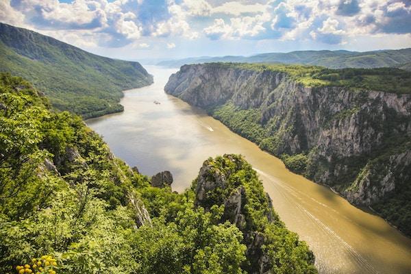 Järnportklyftan är den största klyftan vid floden Donau, som ligger vid gränsen till Serbien och Rumänien. Nationalparker finns på båda sidor av floden - Djerdap på serbiska sidan och Poré ile de Fier på rumänska.