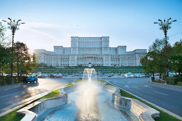 Bucharest parlament med fontän framför den. rumänien