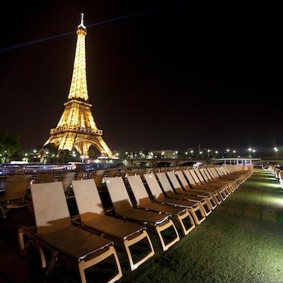Sikt över Eiffeltornet från skeppet MS Seine Princess på kvällen