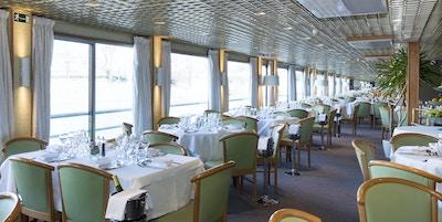 Restaurangen ombord på MS Botticelli-fartyget med utsikt över Seinen