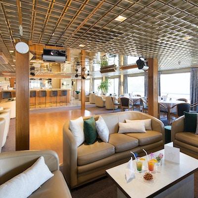 Sitter i baren på fartyget MS Botticelli