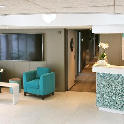 Mottagning med golv, hall och möbler. Foto.