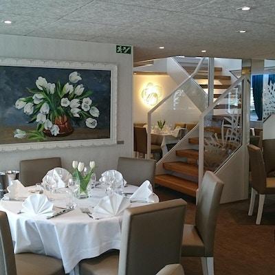 Trevlig och livlig restaurang. Foto.