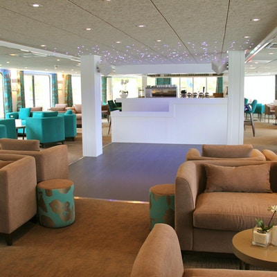 Mysigt café och lounge med möbler. Foto.