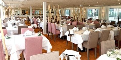 Färdgjorda bord i restaurangen ombord på MS Camargue