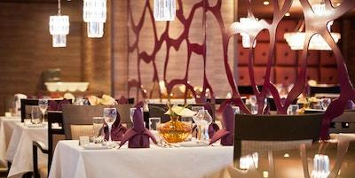 Bord, stolar och speglar på en restaurang på flodkryssningsfartyg