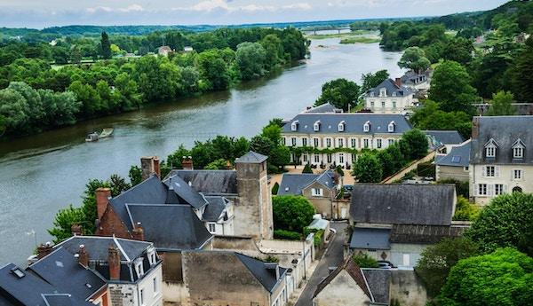 Loire-floden stiger upp i Massif Central-uplandområdet i södra centrala Frankrike och flyter norr och väster i 634 miles mot Brittany där den tömmer ut i Atlanten. Det är den längsta floden i Frankrike. Detta avsnitt gränsar till staden Amboise.
