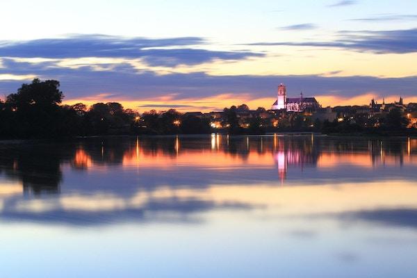 Domkyrka och flod Loire i solnedgången, Nevers, Bourgogne, Frankrike