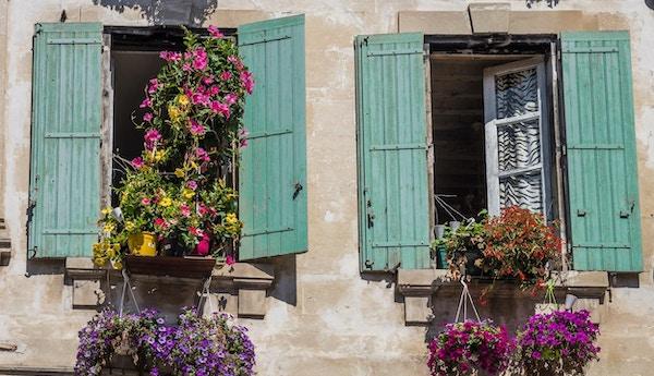 Målade fönster i Arles, Frankrike