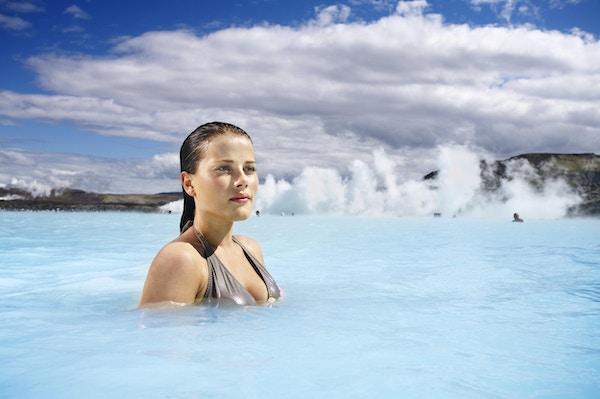 Kvinna bada i Blå Lagunen