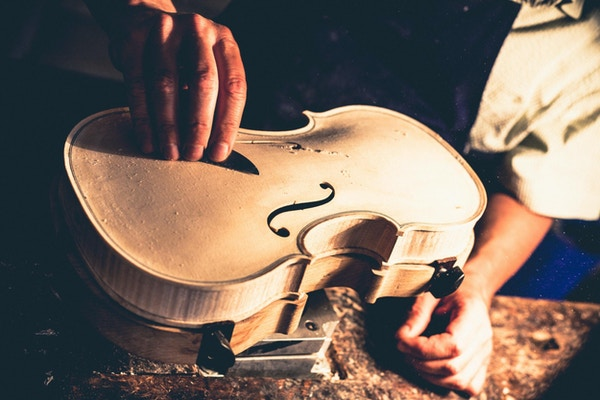 Violin tillverkare i Cremona. Från 1500-talet och framåt var Cremona känt som ett centrum för tillverkning av musikinstrument.