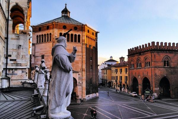 Italiensk stad Cremona i ett landskap av Lombardiet.