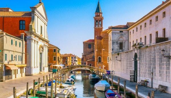 Chioggia stad i venetiansk lagun, vattenkanal och kyrka. Veneto, Italien, Europa