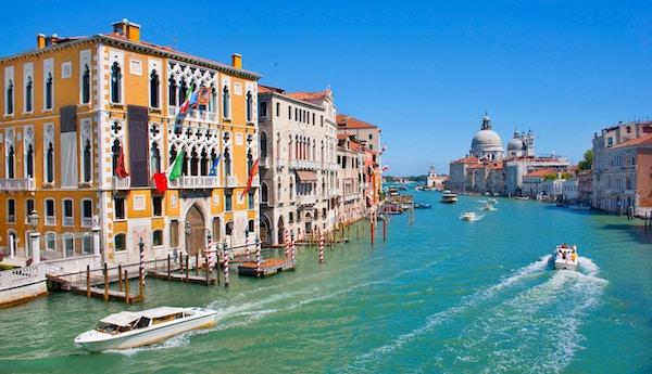 Grand Canal med basilikan Santa Maria della i bakgrunden som ses från Accademia Bridge, Venedig, Italien