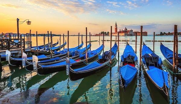 Venedig med berömda gondoler på soluppgången, Italien