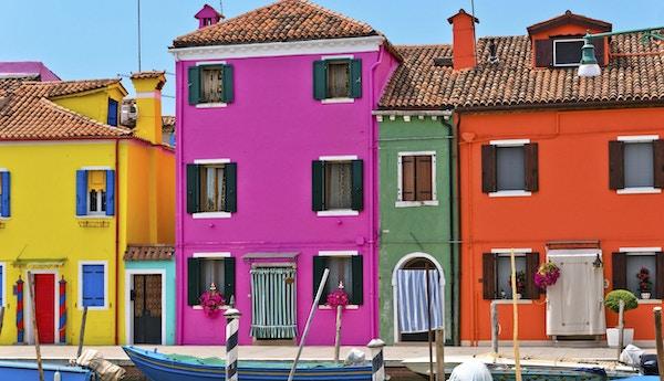 Hus i den färgrika italienska staden Burano nära Venedig, Italien