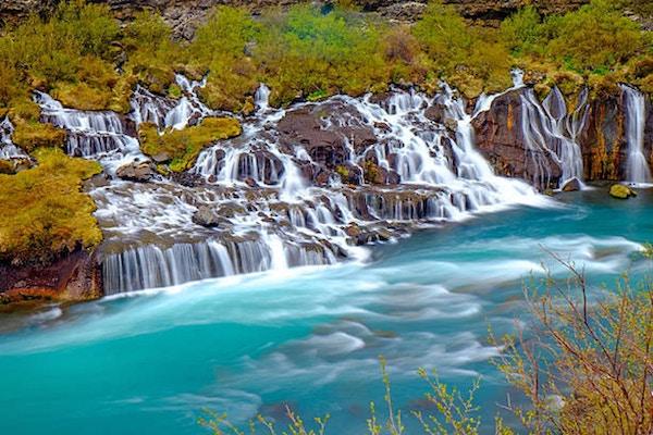 Den lilla Hraunfossar faller på Island norr om Reykjavik