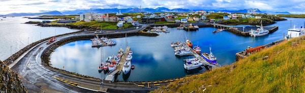 Naturskön utsikt över staden Stykkisholmur och hamnen på västra Island