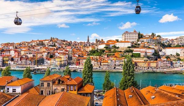 Porto, Portugal gamla stad på Douro-floden.