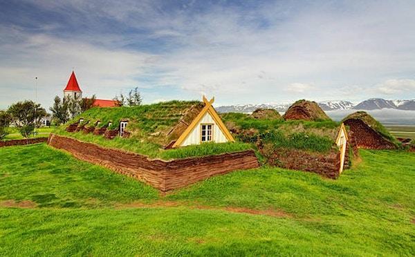 Gräsmatta som täcker huset, isländska originalbyggnader