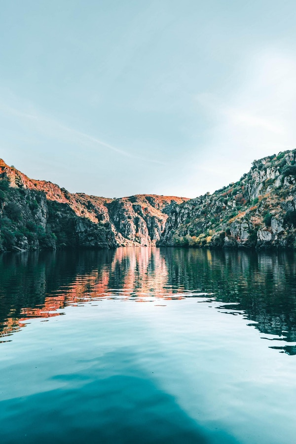 Flod med branta bergssidor