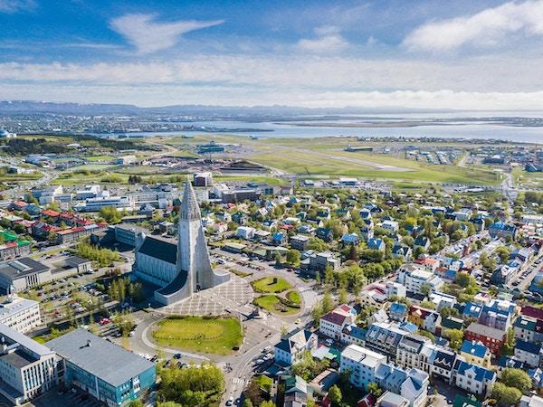 Reykjavik, Island, med Hallgrimskirkja kyrka. Antenn.