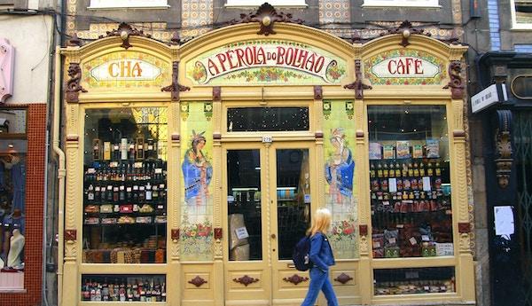 Gatebutik med varor i fönstren, Porto