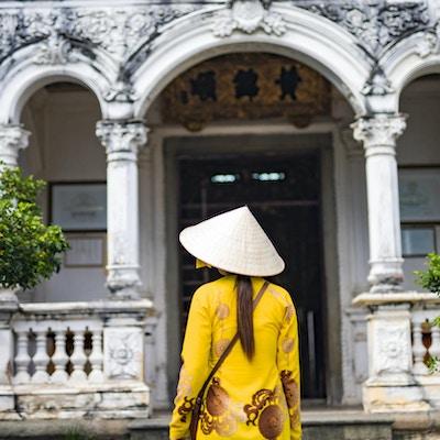 Kvinna utanför huset i Vietnam.