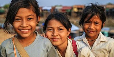 Glada kambodjanska skolflickor nära Tonle Sap, Kambodja