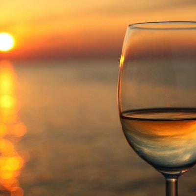 Exponeringsglas vin mot röd solnedgång