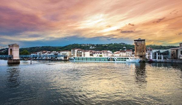 Flodkryssningsfartyg till kaj i Vienne