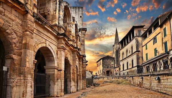 Arles, Frankrike: den forntida romerska arenan, en amfiteater från 1-talet, en av de bäst bevarade under antiken
