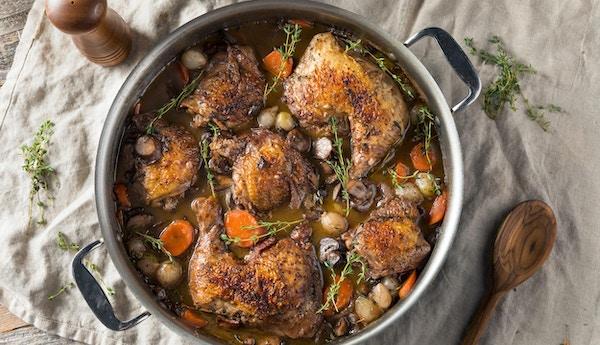 Hemlagad fransk Coq Au Vin kyckling med grönsaker och sås