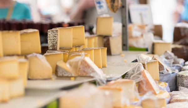 olika åldrade ost på en marknadsställning