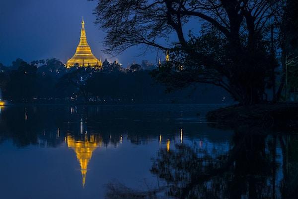 Shwedagon pagod på natten, Yangon, Myanmar