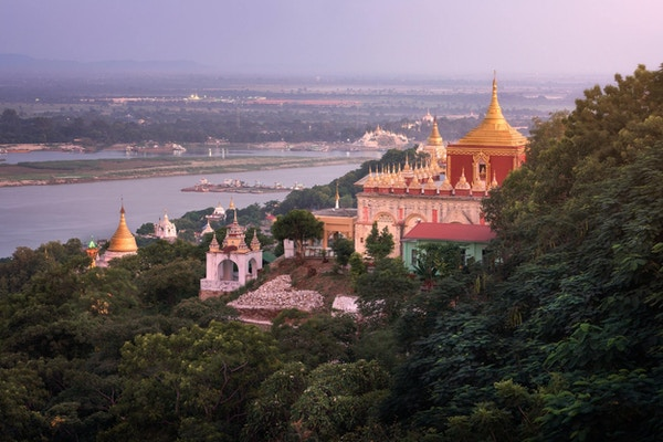 Sedi La Su Taung Pyae Pagoda och Irrawaddy River på kvällen, Sagaing Hill, Myanmar