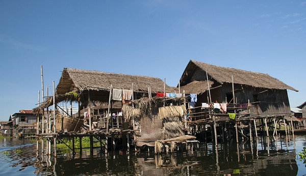 Sikt över hus på stylter ovanför Lake Inle, lokaliserat i Nyaungshwe Township i Taunggyi District i Shan State, Myanmar.