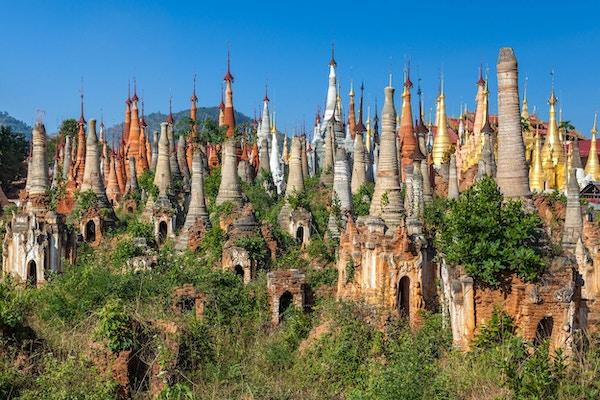 Pagoder vid In Dein-templet nära Inlay Lake i Myanmar