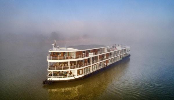 Fartyg på floden i dimma. Foto.
