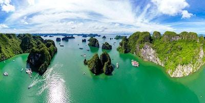 H? Long Bay är en UNESCO: s världsarvslista och ett populärt resmål i Queng Ninh-provinsen, Vietnam.