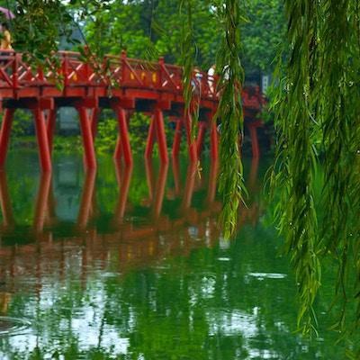 Den berömda röda bron i Hanoi.