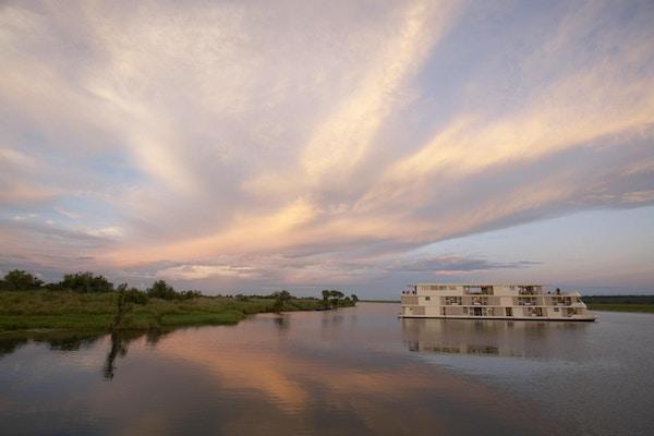 Sänds på floden vid solnedgången. Foto.