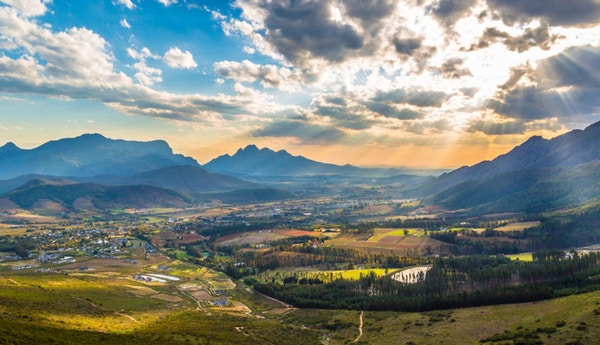 Natursköna Franschhoek mitt i de sydafrikanska vinlanden med sina vackra vingårdar