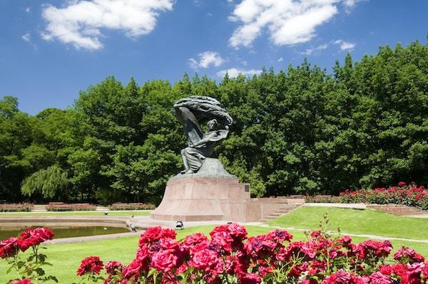 Frederic Chopin monument i Lazienki parkerar, Warszawa, Polen.