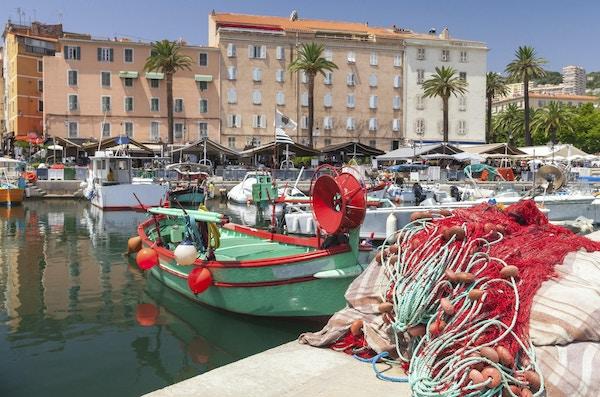 Färgrikt fisknät som lägger i port av Ajaccio, Korsika. Closeupfoto med selektiv fokus på en förgrund