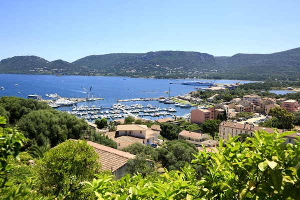 Utsikt till hamnen i Porto Vecchio, Korsika, Frankrike.