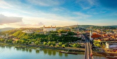 Flygfoto över Bratislava stadsbild på den gamla staden med Saint Martins domkyrka, slottkulle och Donaufloden på solnedgången i Slovakien. Vinkelvy med kopieringsutrymme