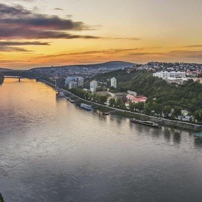 Slott av Bratislava på den högra stranden av Donau River vid solnedgången