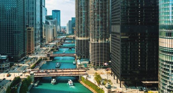Chicago River med båtar och trafik uppifrån på morgonen